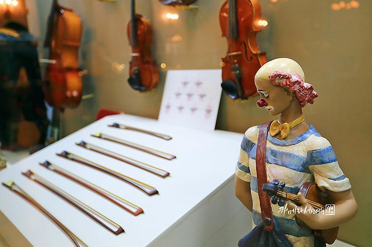 바이올린과 장식인형 삐에로