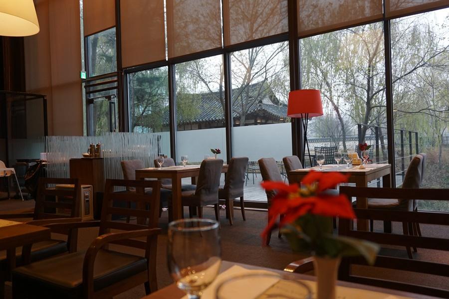 창 밖에 보이는 카페 내부