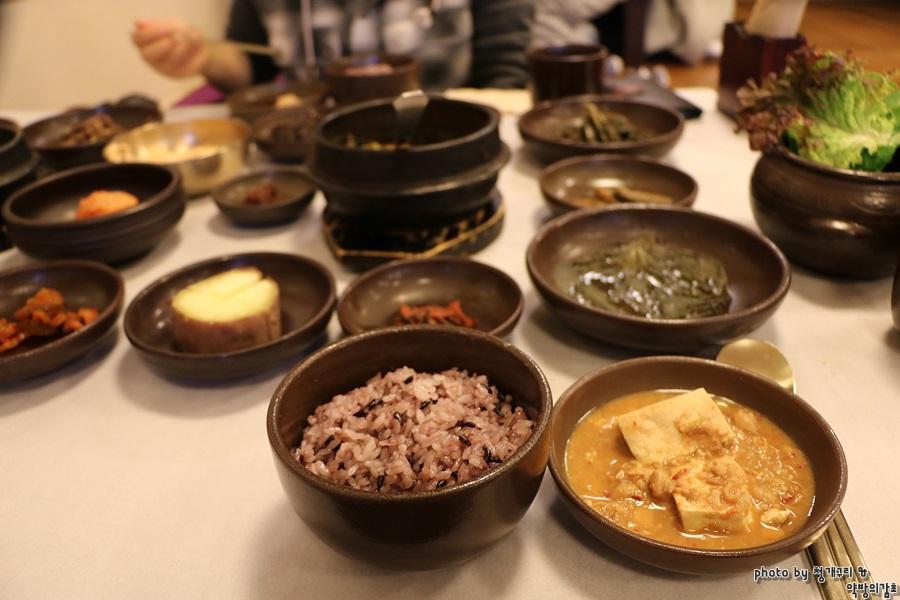 앞접시에 담은 청국장 한그릇과 검은쌀밥