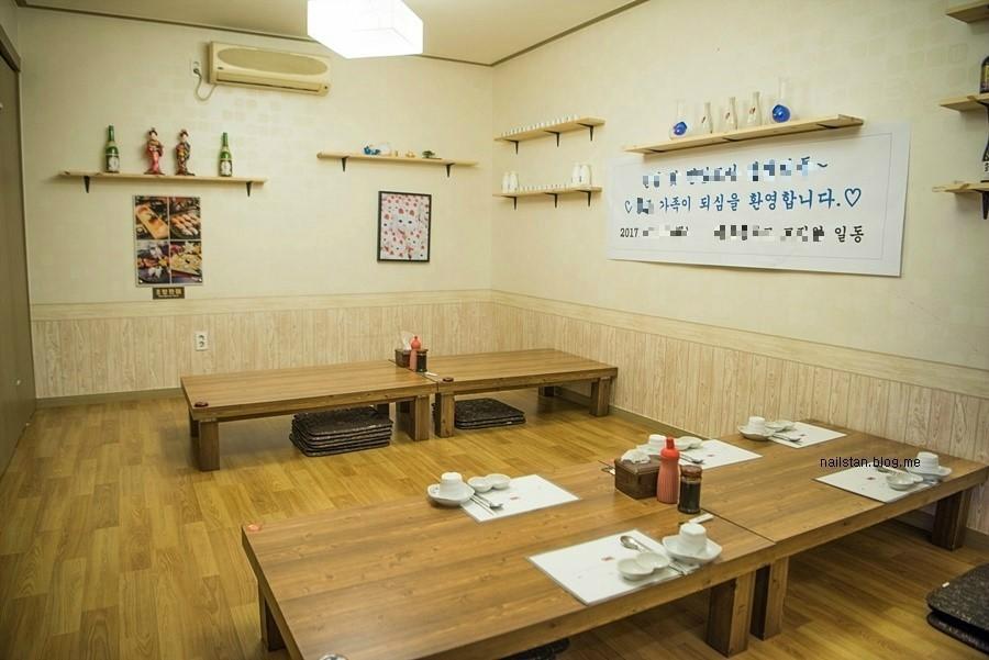 좌식 테이블이 놓인 내부 사진