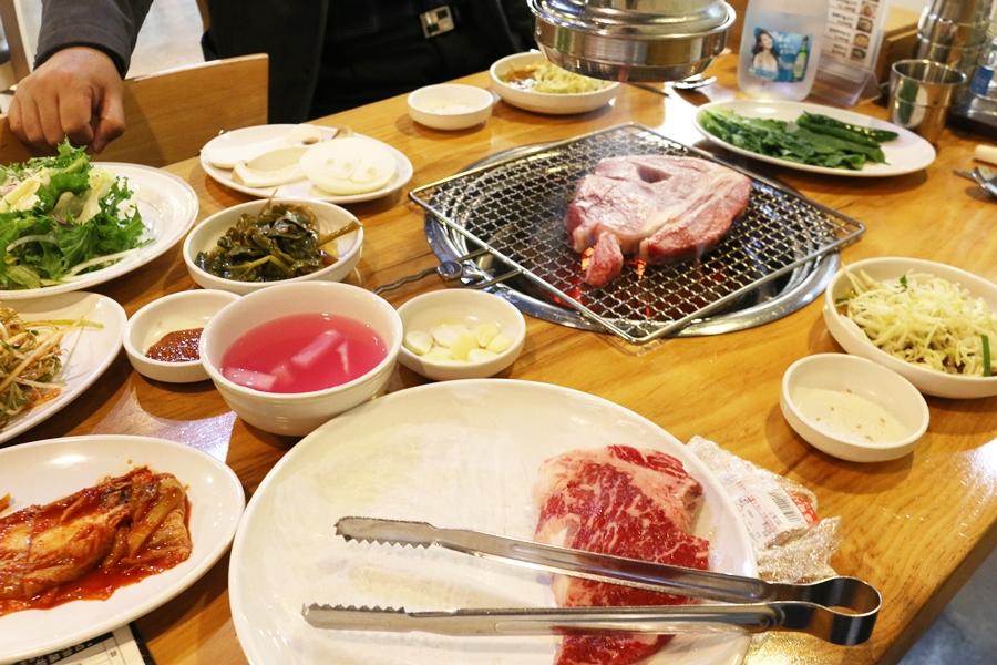 불판에 고기가 올라간 한상 차림