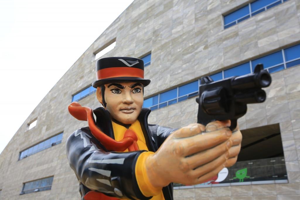 만화속 총을 쏘는 주인공 조형물