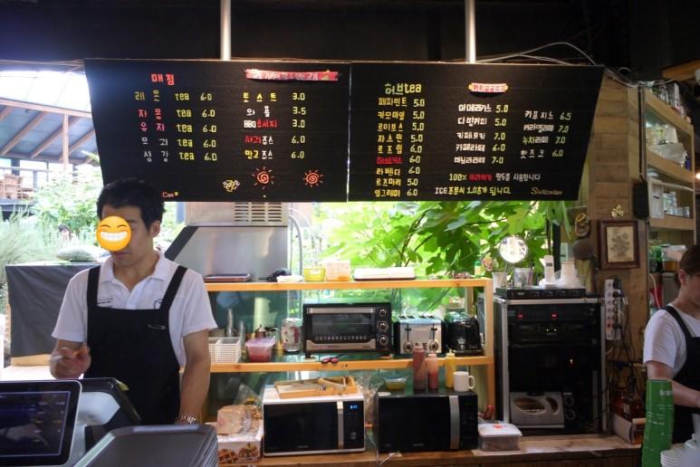 카페메뉴와 직원들