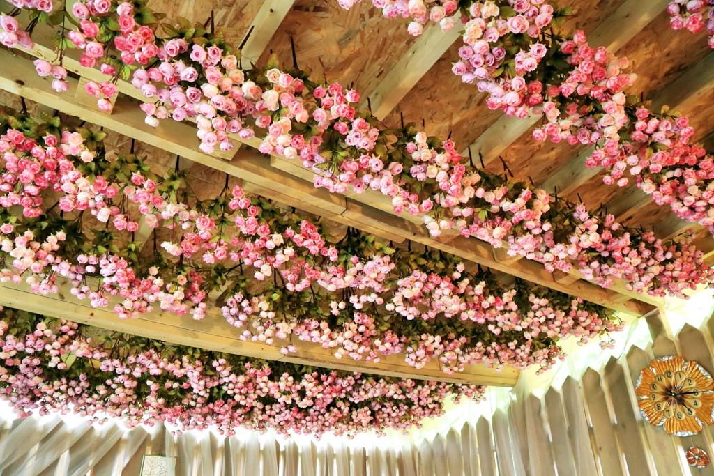 천장 꽃 인테리어