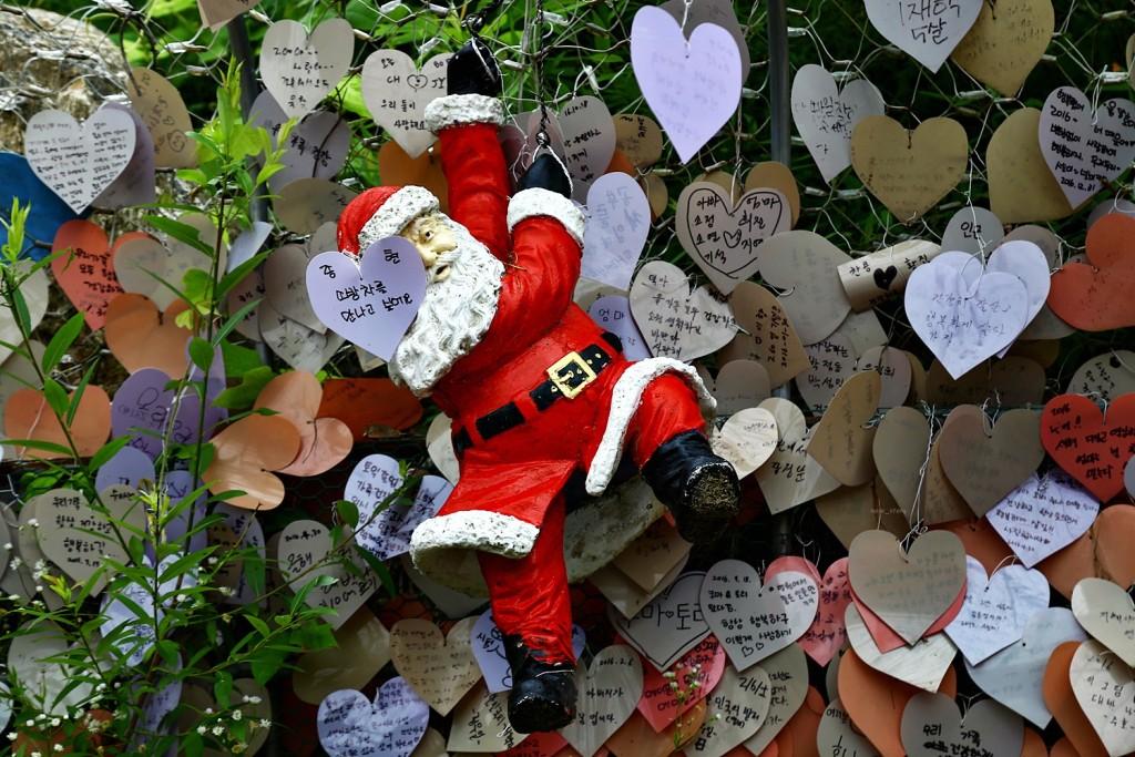 산타 조형물과 방명록