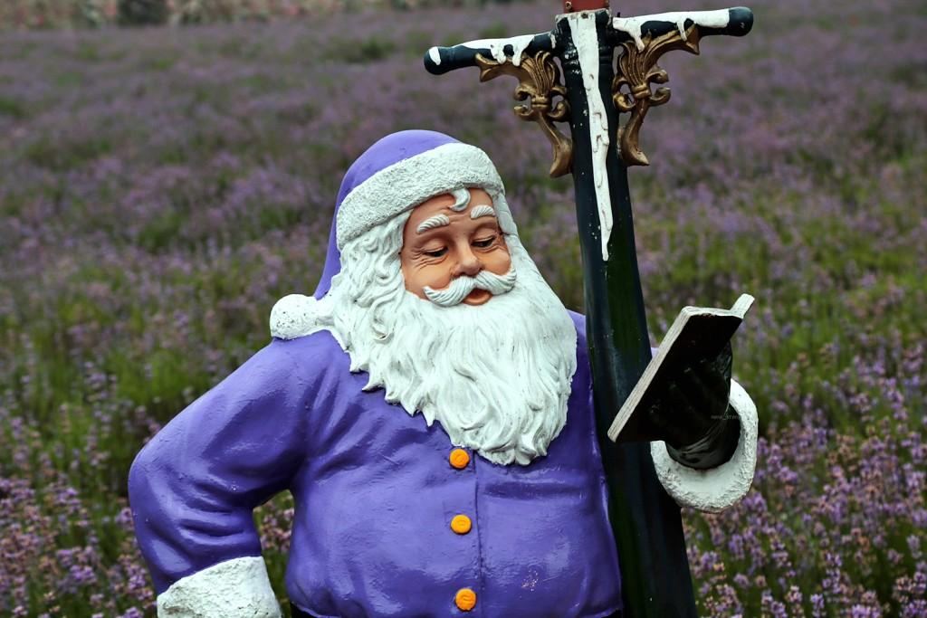 라벤더 색상의 산타 조형물