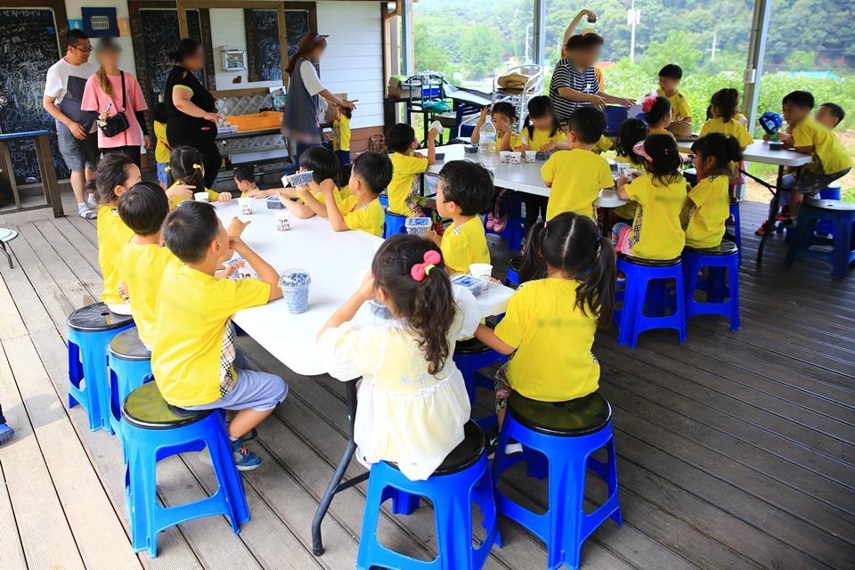 체험한 블루베리를 들고 앉아있는 아이들