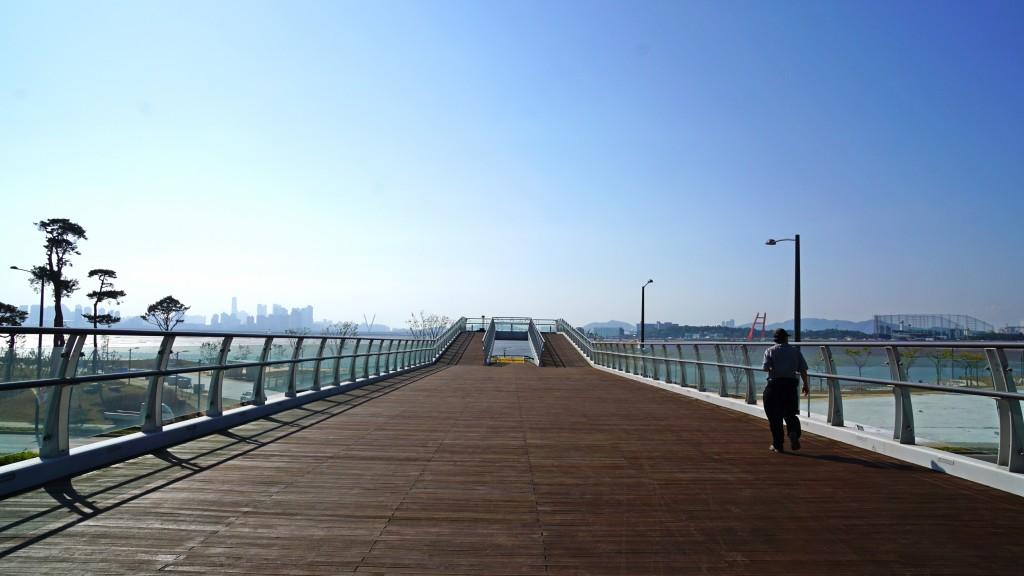 전망대 위를 걷는 사람