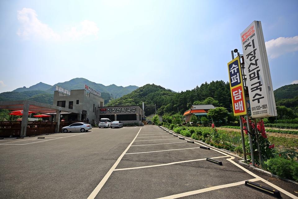 지장산막국수 식당의 넓은 주차장