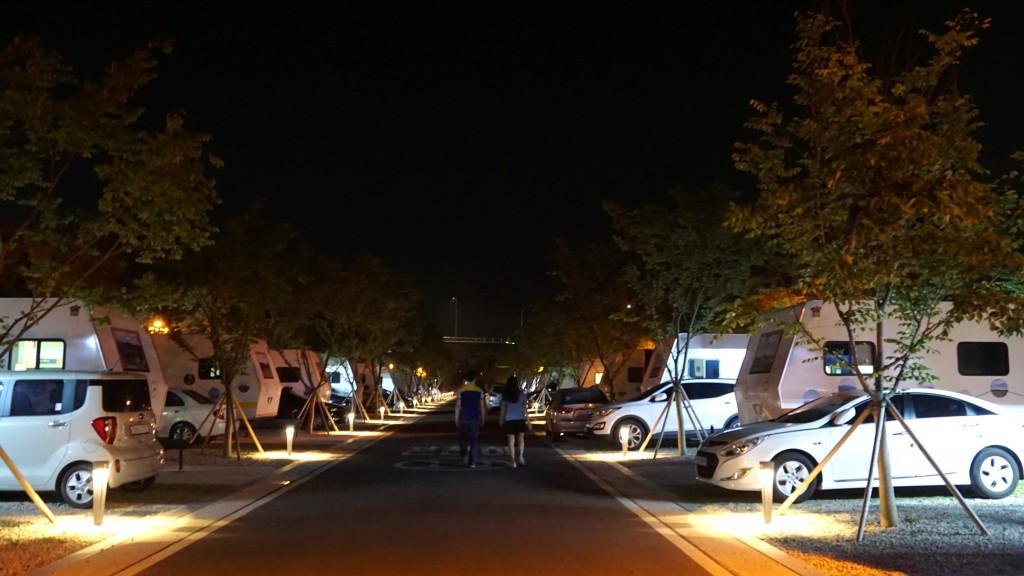 야간의 캠핑장 전경