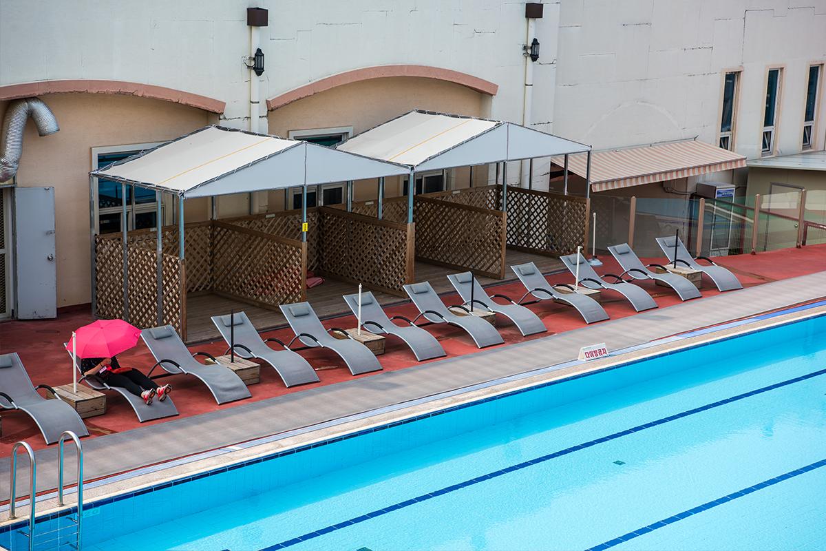 선베드와 야외수영장