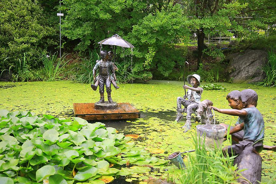 연못의 조각상들