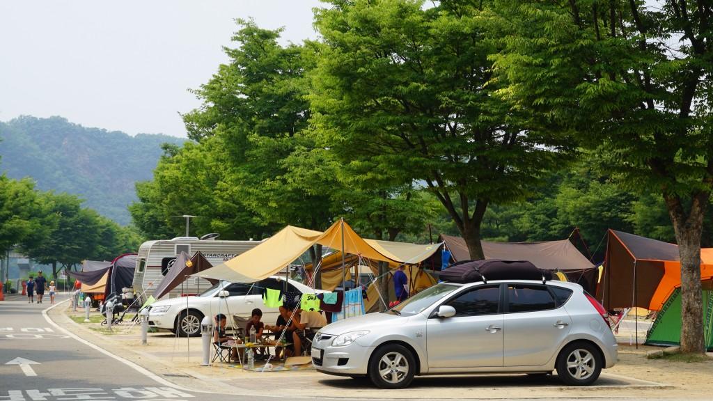 텐트를 치고 쉬는 사람들
