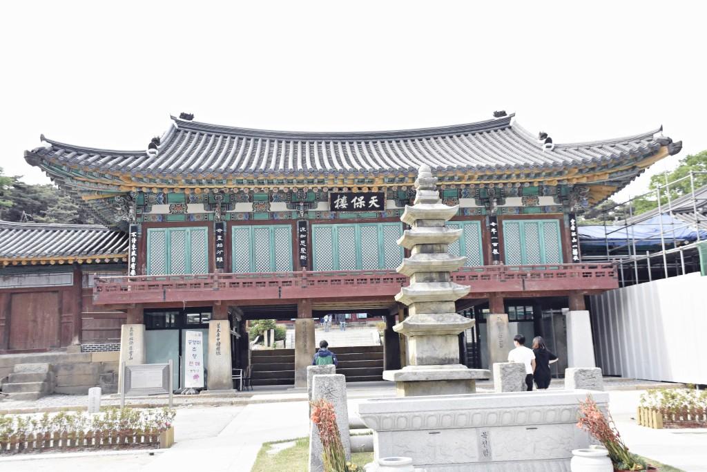 용주사 내부 절과 석탑