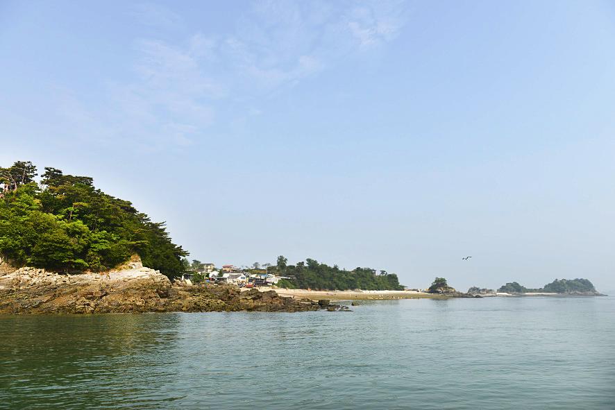 바닷물이 빠지며 본섬과 매박섬이 이어진 모습