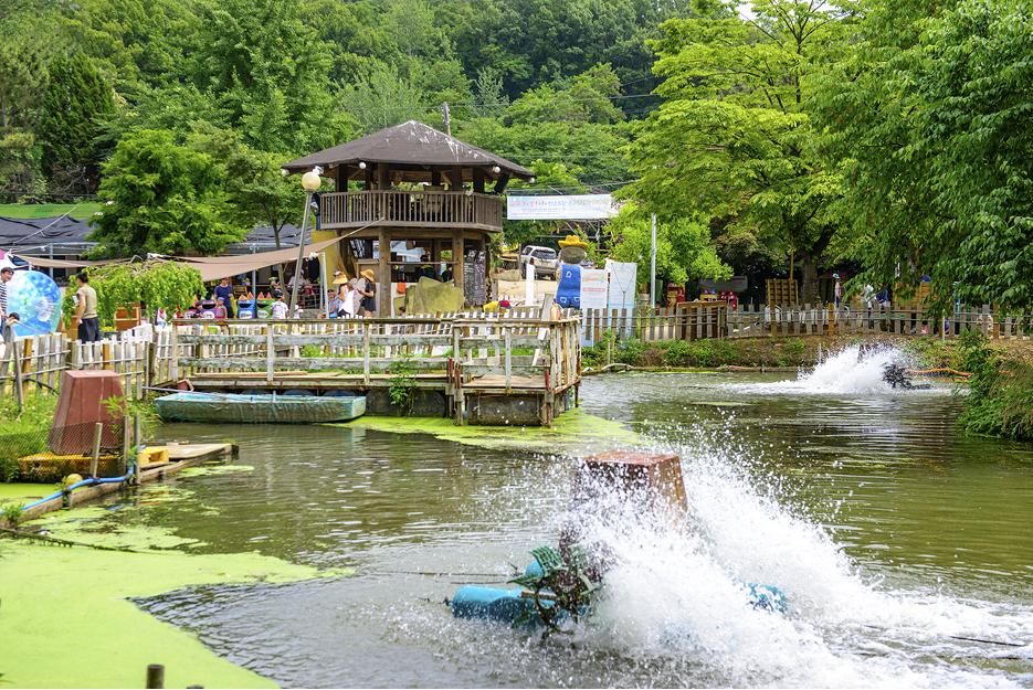 연못이 보이는 테마파크