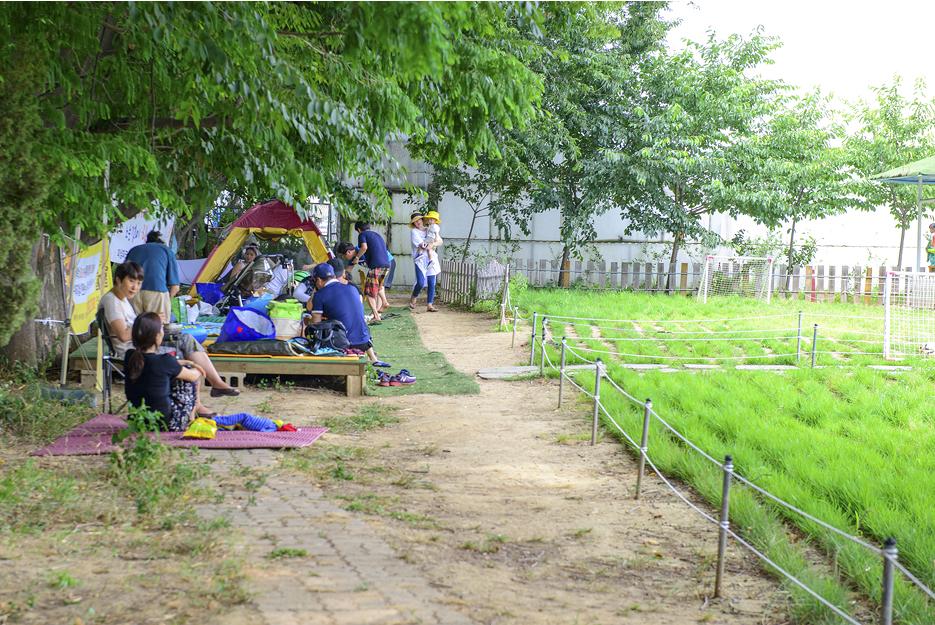 진산각 옆 캠핑하는 사람들