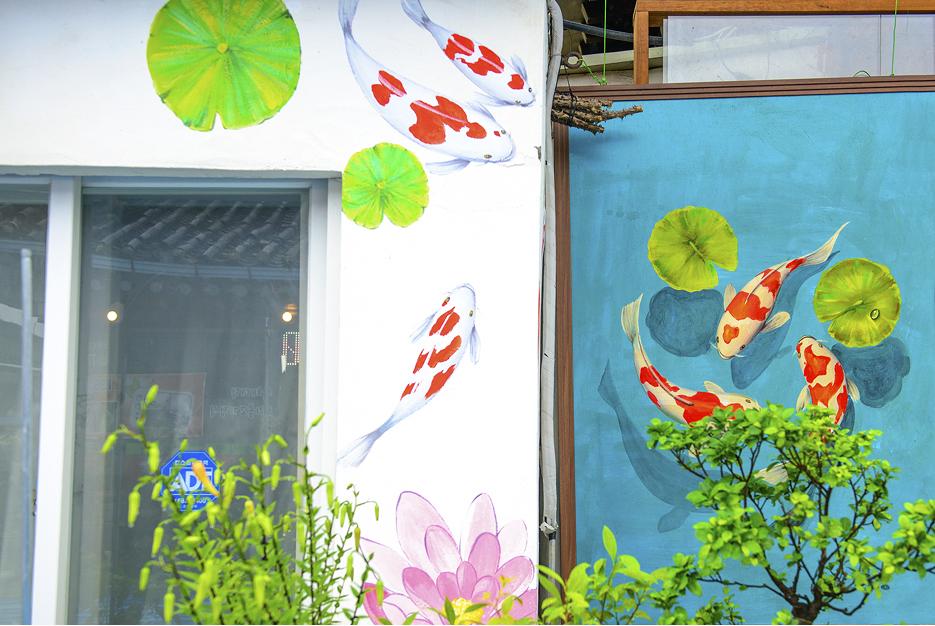 연못의 잉어들 벽화