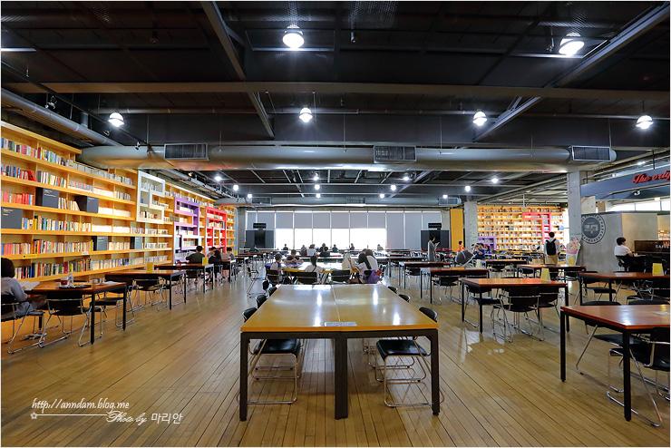 책장과 읽는 공간