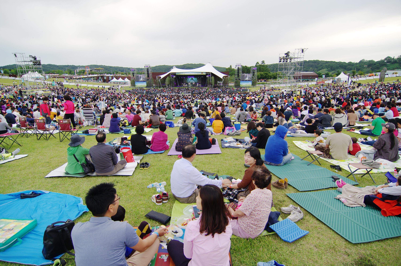 임진각평화누리 포크페스티벌 참여중인 야외공연장 낮의 전경
