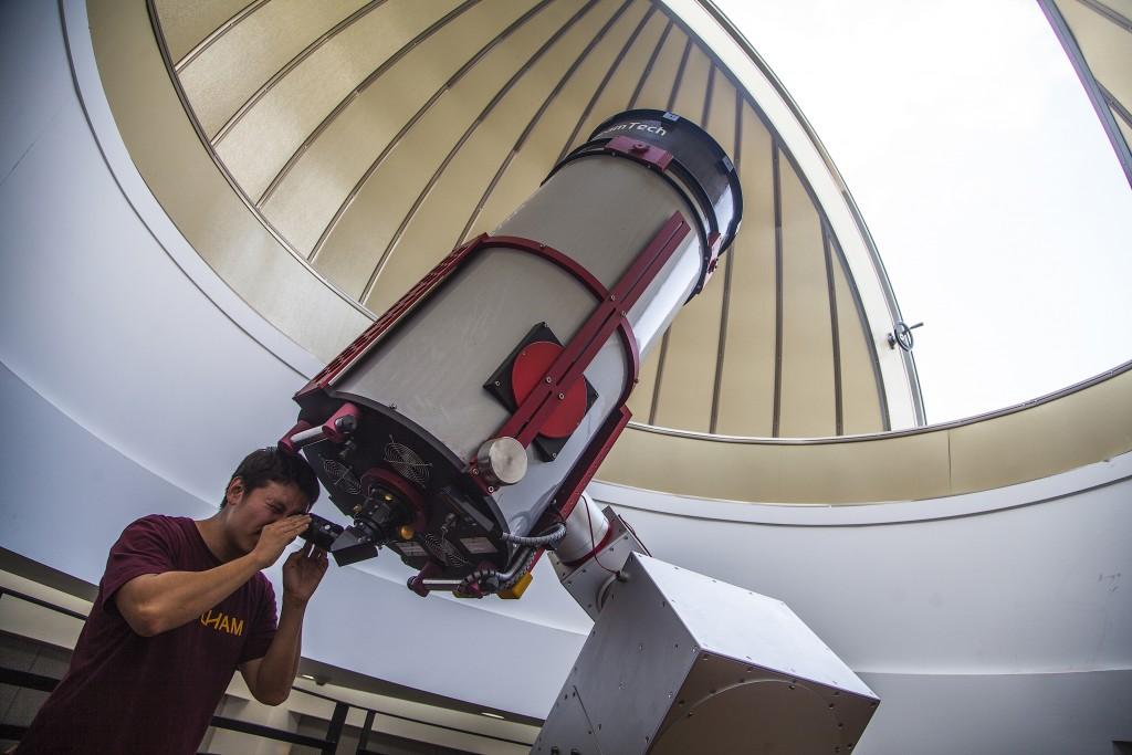 천문관 망원경 들려다 보는 모습