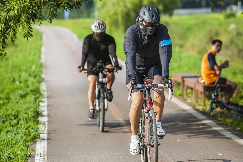 그린웨이자전거길의 자전거 타는 모습