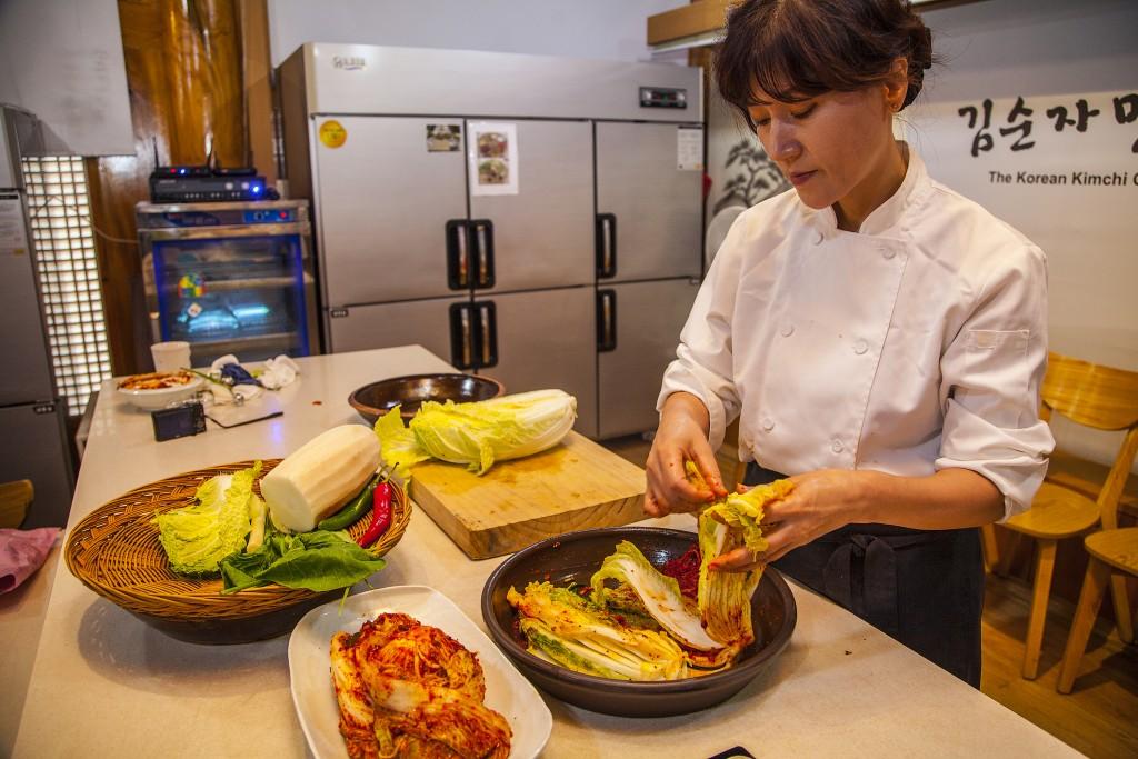 김치테마파크의 배추김치 담그는 시연 모습