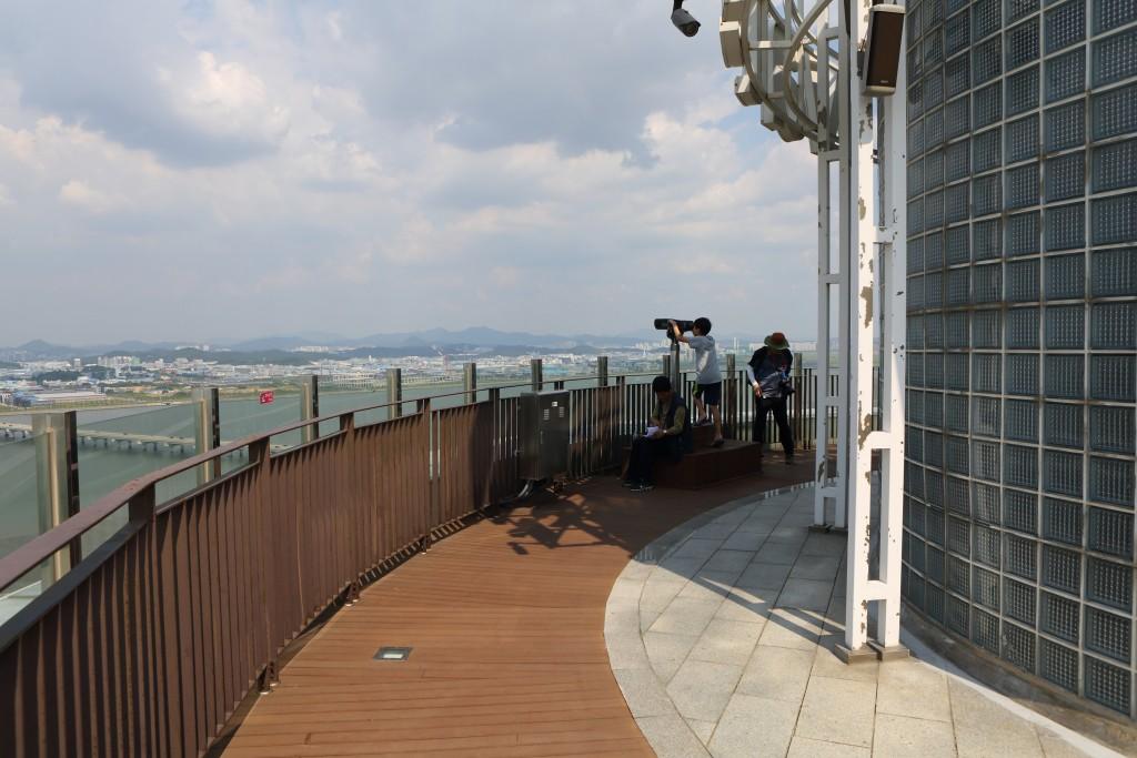 송산그린시티전망대에서 망원경으로 구경중인 아이 모습