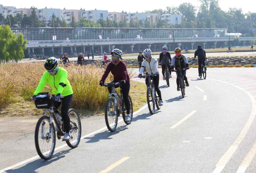 탄천자전거도로에서 자전거 타는 사람들2