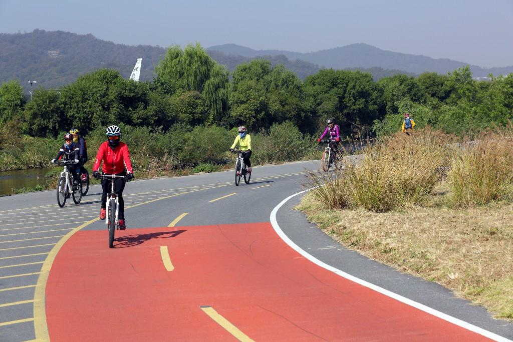 탄천자전거도로에서 자전거 타는 사람들3