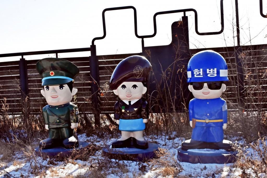 여러 군인들의 캐릭터 조형물