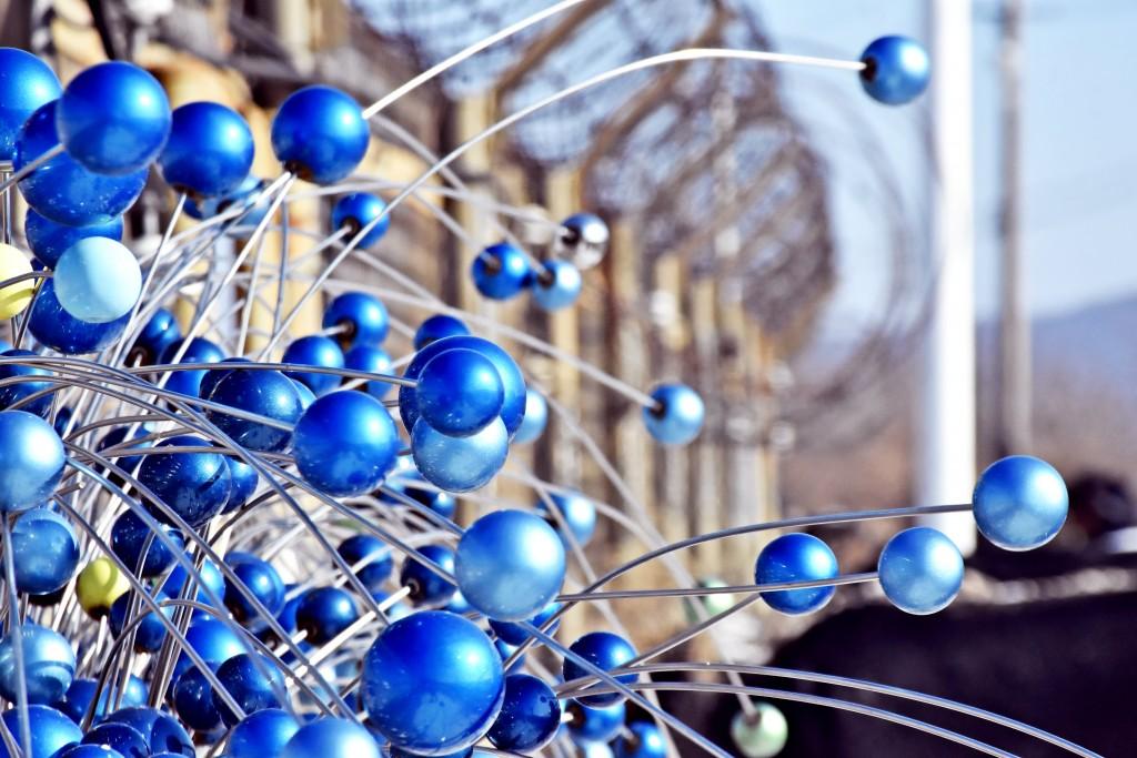 철조망의 파란색 화려한 조형물