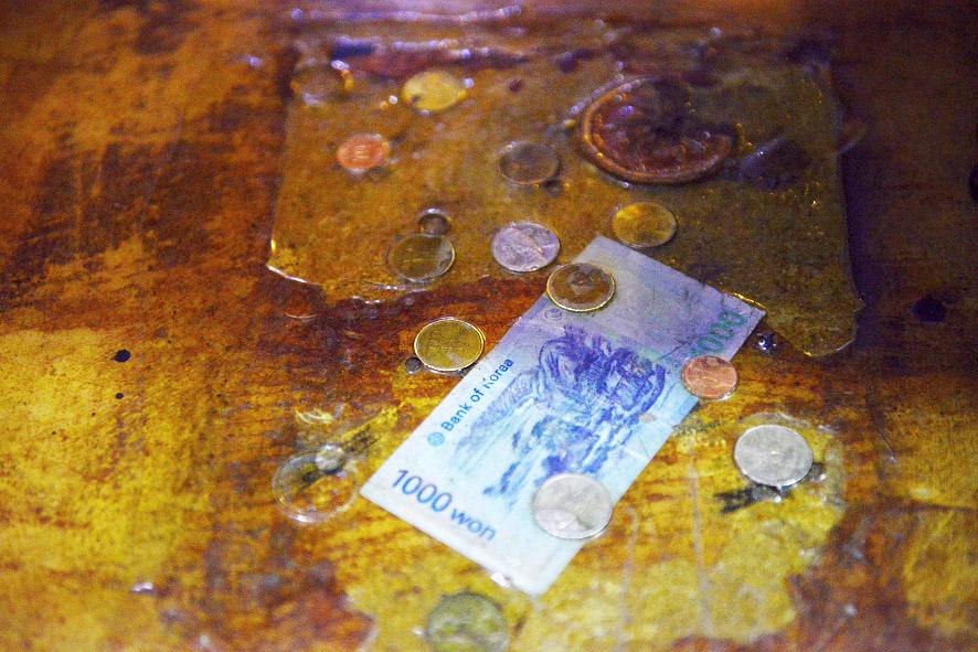 식당바닥의 붙어있는 돈들