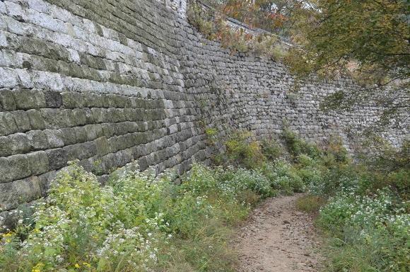 돌로 쌓아올린 벽의 모습