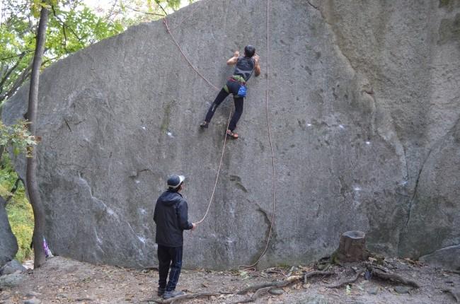 암벽등반을 하는 모습