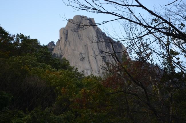 멀리 보이는 커다란 바위