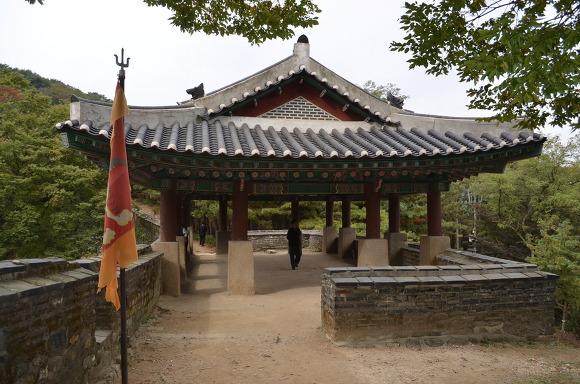 기와건물과 깃발의 모습