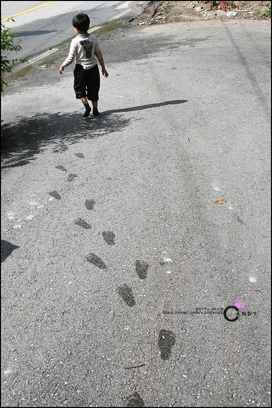 길에 발자국을 남긴 아이의 모습
