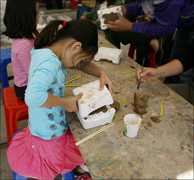 인형찍기 체험을 하는 아이의 모습