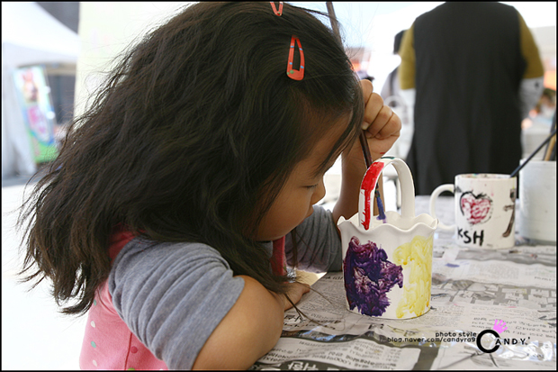 도자기에 그림을 그리는 아이의 모습