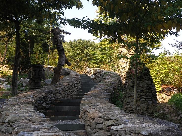 돌로 만들어진 계단과 장승