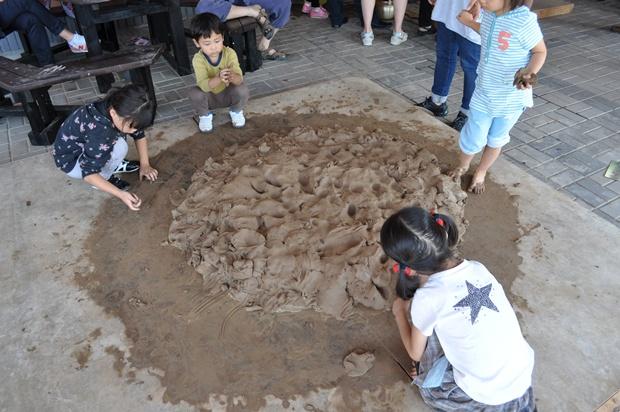 밟아진 흙