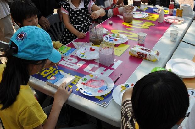 타일에 그림을 그리는 아이들의 모습