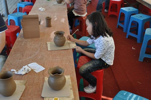 도자기에 조각을 새기는 아이의 모습