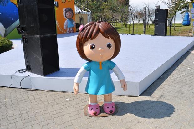 여자아이 캐릭터 조형물