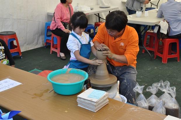 물레를 돌리는 아이와 어른의 모습