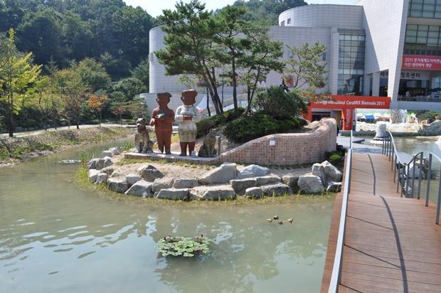 호수 안에 설치 된 조형물들