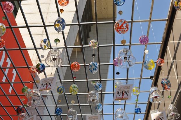 천장에 달린 유리종들의 모습