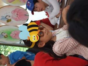 벌 왕관을 쓴 아이의 모습