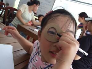 벌꿀의 눈을 따라 만든 안경을 써보는 아이의 모습